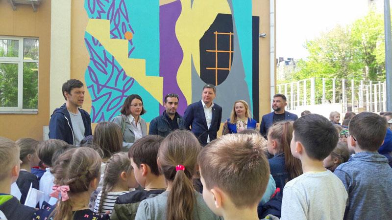 Французький митець Goddog створив яскравий стінопис на фасаді школи № 106