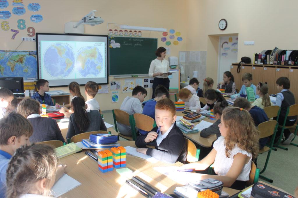 """Урок тему """"Письмове додавання багато цифрових чисел, розв'язання задач за допомогою рівнянь. Природа океанів"""""""